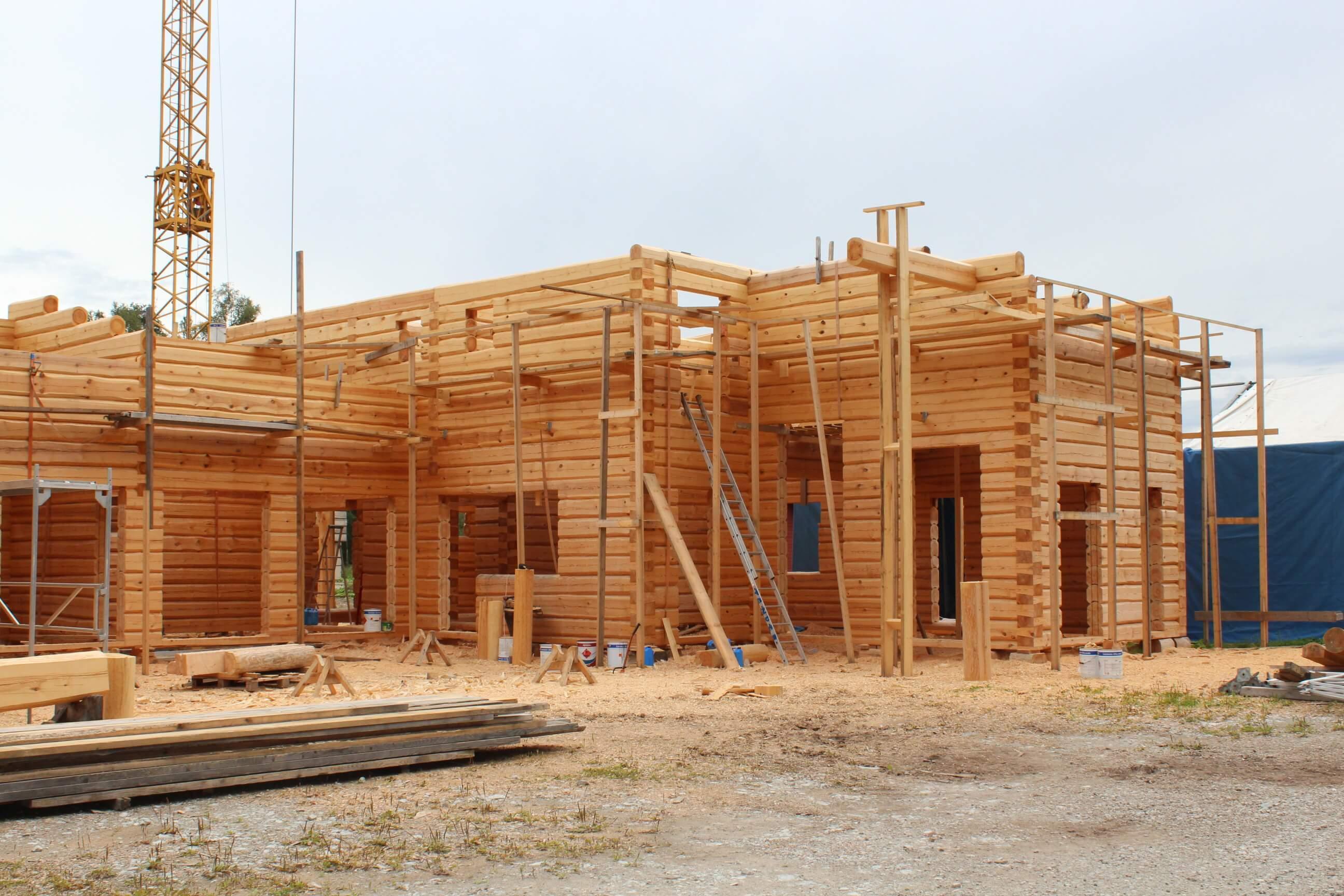 hirsirakentaminen hirsitalon-rakentaminen-Tenderin-tehtaalla